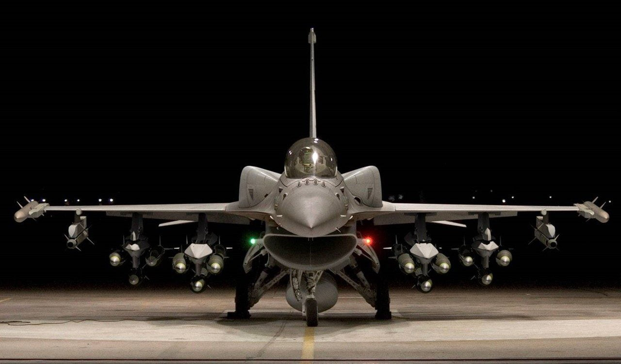 """ΤΟ ΠΡΩΤΟ F16″V"""" ΣΤΗΝ ΕΑΒ"""