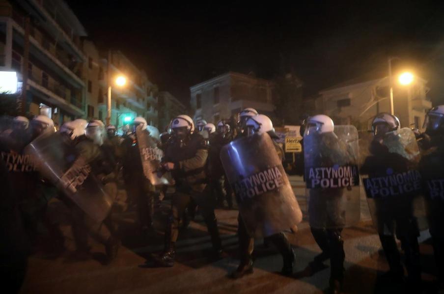 Reuters: Νύχτα βίας, οι Έλληνες προσπαθούν να αποκλείσουν την πρόσβαση σε μεταναστευτικά στρατόπεδα