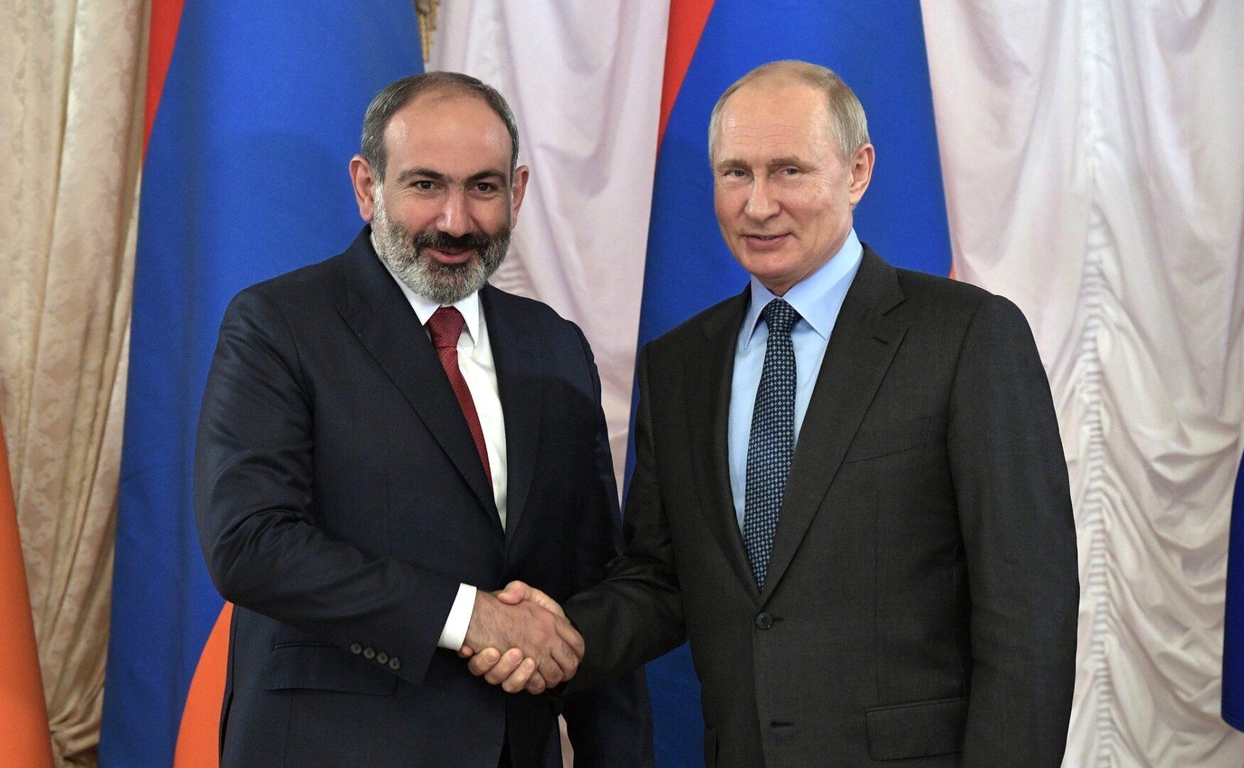 """""""ΘΑΡΡΑΛΕΟΣ Ο ΠΑΣΙΝΙΑΝ"""": Ο Πούτιν επαινεί τον Αρμένιο πρωθυπουργό για τη συμφωνία στο Αρτσάχ"""