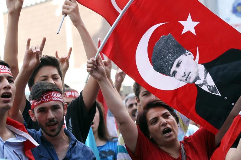 ΜΑΚΕΛΕΙΟ ΣΤΗΝ ΤΟΥΡΚΙΑ: Απίστευτη επίθεση εναντίον Κούρδων